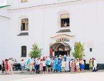 Creyentes que salen de la catedral del Espíritu Santo en Minsk, Bielorrusia Imagenes de archivo