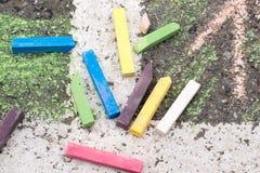 Creyones coloreados en el asfalto fotografía de archivo libre de regalías