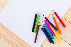 Creyones coloridos alineados Foto de archivo