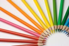 Creyones coloridos dispuestos por colores Imagen de archivo libre de regalías
