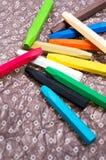 Creyones del aceite con los colores brillantes cercanos para arriba en una hoja del papel del adornamiento Fotografía de archivo libre de regalías