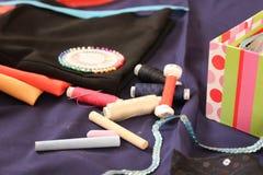 Creyones e hilo para coser Foto de archivo