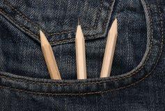 Creyones en bolsillo de los pantalones vaqueros Fotografía de archivo