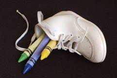 Creyones en zapato de bebé Imagen de archivo