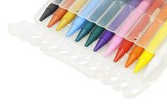 Creyones multicolores en caso plástico Foto de archivo