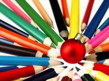 Creyones y chuchería de madera coloridos del árbol de navidad Imágenes de archivo libres de regalías