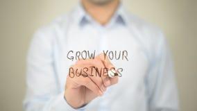 Crezca su negocio, escritura del hombre en la pantalla transparente fotografía de archivo libre de regalías