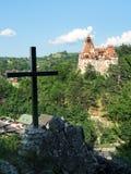Crhristian krzyż na wzgórzu otręby kasztelem, Rumunia fotografia royalty free