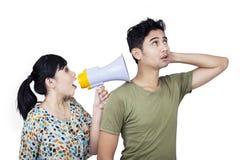 Cri d'amie utilisant le haut-parleur - d'isolement Photo stock