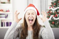 Cri de jeune fille en raison d'effort de Noël image libre de droits