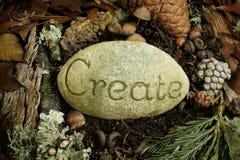 Cri inciso su una pietra sul pavimento della foresta Fotografie Stock