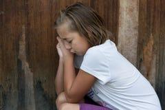 Cri intimidé d'enfant de fille devant seule la porte Photographie stock libre de droits