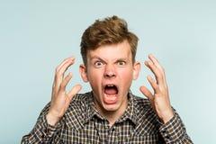 Cri perçant émotif d'homme de dépression nerveuse de fureur photos libres de droits
