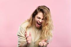 Cri perçant de femme d'expression de panne émotive d'effort photos libres de droits