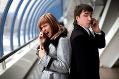 Cri perçant - homme et fille avec des téléphones mobiles Photo libre de droits