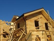 Criação de uma casa de madeira Imagens de Stock Royalty Free
