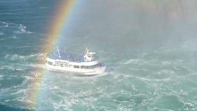 Criada del barco del crucero de Niagara Falls de la niebla con los turistas que vienen de la parte inferior de la cascada de herr almacen de metraje de vídeo