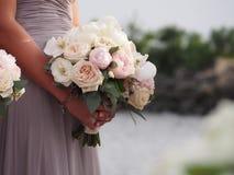 Criada del honor que sostiene el ramo de las novias Imagenes de archivo
