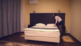 Criada del hotel de la economía doméstica, mujer, trabajo de la gente almacen de metraje de vídeo