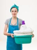 Criada feliz que hace el lavadero Imagen de archivo libre de regalías