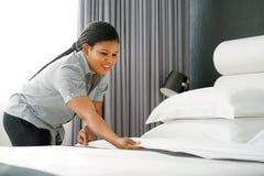 Criada Making Bed fotografía de archivo