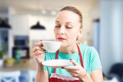 Criada o ama de casa que toma un descanso para tomar café imagen de archivo libre de regalías