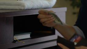 Criada que roba los dólares de la cartera del cliente en lugar de otro que limpia, mún servicio de hotel almacen de video