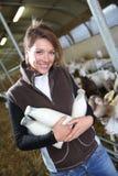Criador de sorriso da mulher com as garrafas recentemente recolhidas do leite fotos de stock royalty free