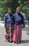 Criados de Yogyakarta Royal Palace Kraton que presenta en traje tradicional Imagenes de archivo