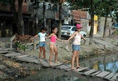 Crianças brincam em à ¡ rea carente Zdjęcia Royalty Free