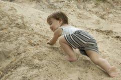 A criança é um alpinist fotografia de stock royalty free