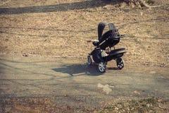 Criança abandonada em um carrinho de criança Fotos de Stock