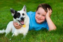 A criança abraça lovingly seu animal de estimação imagens de stock
