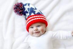 Criança adorável bonito do bebê com o tampão do inverno do Natal no fundo branco imagens de stock