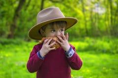 Criança adorável com croissant Fotografia de Stock Royalty Free
