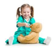 Criança adorável com roupa do doutor e do urso de peluche Imagens de Stock Royalty Free
