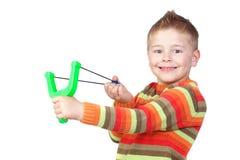Criança adorável com um slingshot imagens de stock