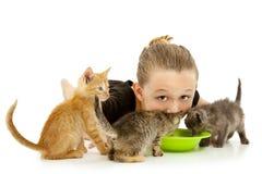 Criança adorável da menina que compartilha da bacia do leite do gatinho Fotografia de Stock