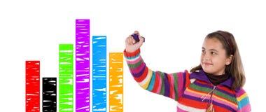Criança adorável que desenha um gráfico colorido Fotografia de Stock