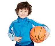 Criança adorável que joga o basquetebol Fotos de Stock