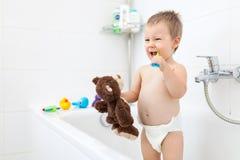 Criança adorável que learing como escovar seus dentes fotografia de stock
