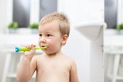 Criança adorável que learing como escovar seus dentes foto de stock royalty free