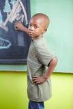 Criança africana com giz sobre imagem de stock