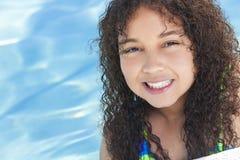 Criança afro-americano da menina da raça misturada na piscina fotografia de stock royalty free