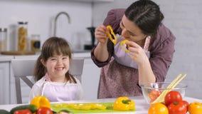 Criança alegre com as necessidades especiais que têm o divertimento em casa video estoque