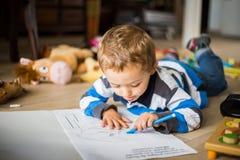 Criança alegre feliz que tira em casa Conceito da faculdade criadora Imagens de Stock Royalty Free