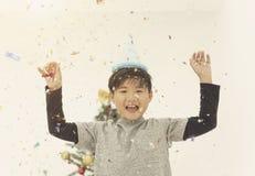 A criança alegre para comemora com Natal dos confetes e ano novo fotografia de stock royalty free