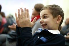 A criança aplaude no concerto foto de stock royalty free