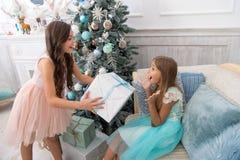 A criança aprecia o feriado A manhã antes do Xmas Jogo de ilustrações preto e branco do vetor Árvore e presentes de Natal Ano nov imagem de stock royalty free