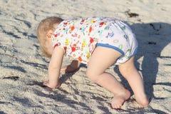 A criança aprende andar, criança Fotos de Stock Royalty Free